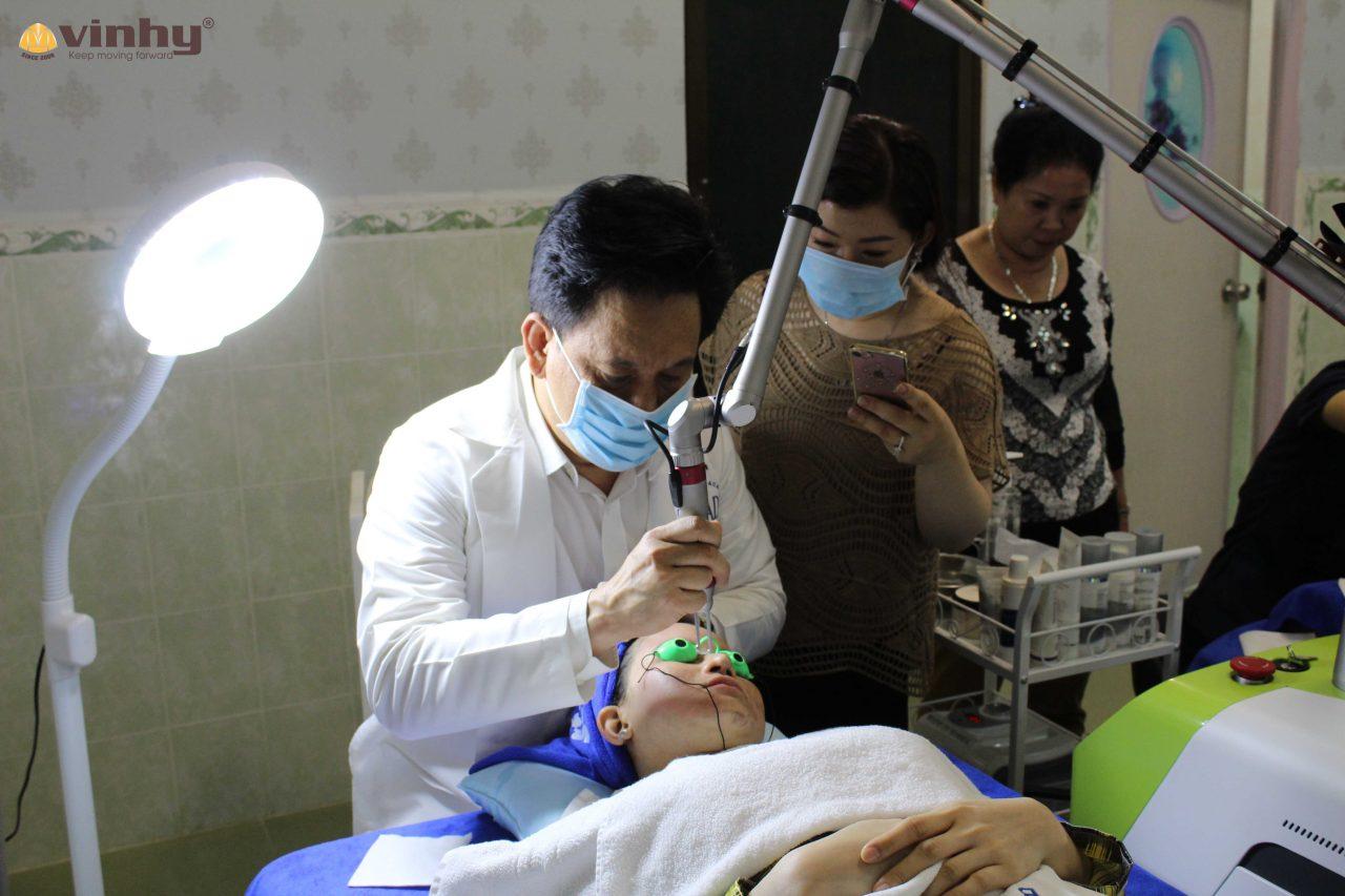 dr-vin-tran-huong-dan-ky-thuat-dieu-tri-nam-da-tu-cong-nghe-caspian-2