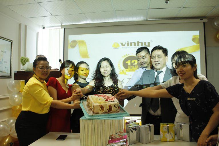 Ban Lãnh đạo cùng đối tác VIN HY cắt bánh chúc mừng sinh nhật VIN HY lần thứ 13.