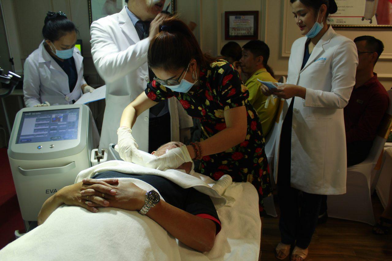 khách hàng đang điều trị trẻ hóa da